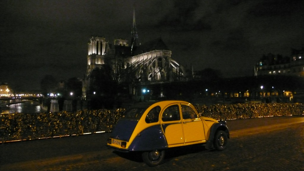 2CVParisTour : Visitez Paris en 2CV! Notre Dame de Paris la nuit en 2CV