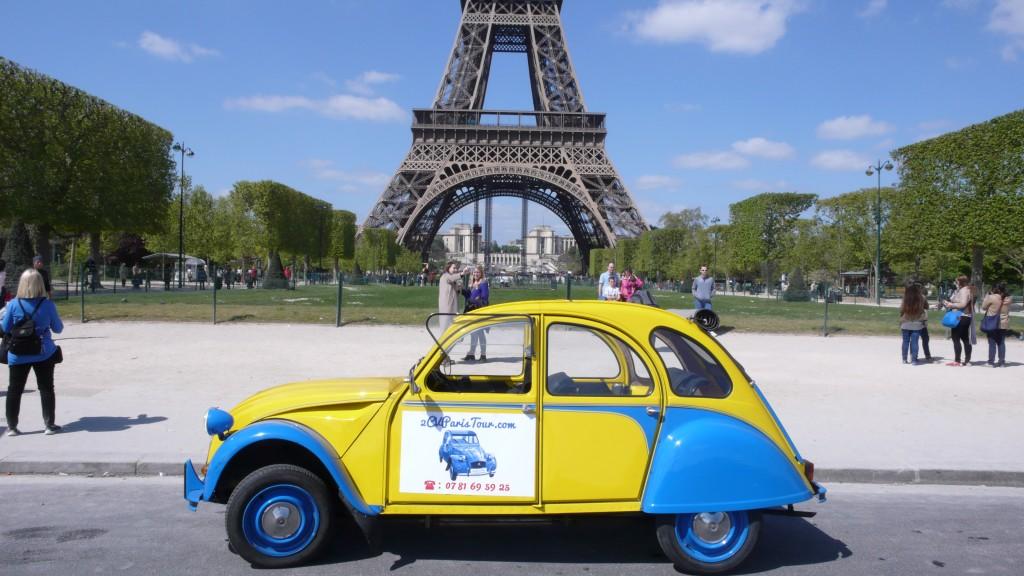2CVParisTour : Visitez Paris en 2CV! La 2CV et la Tour Eiffel