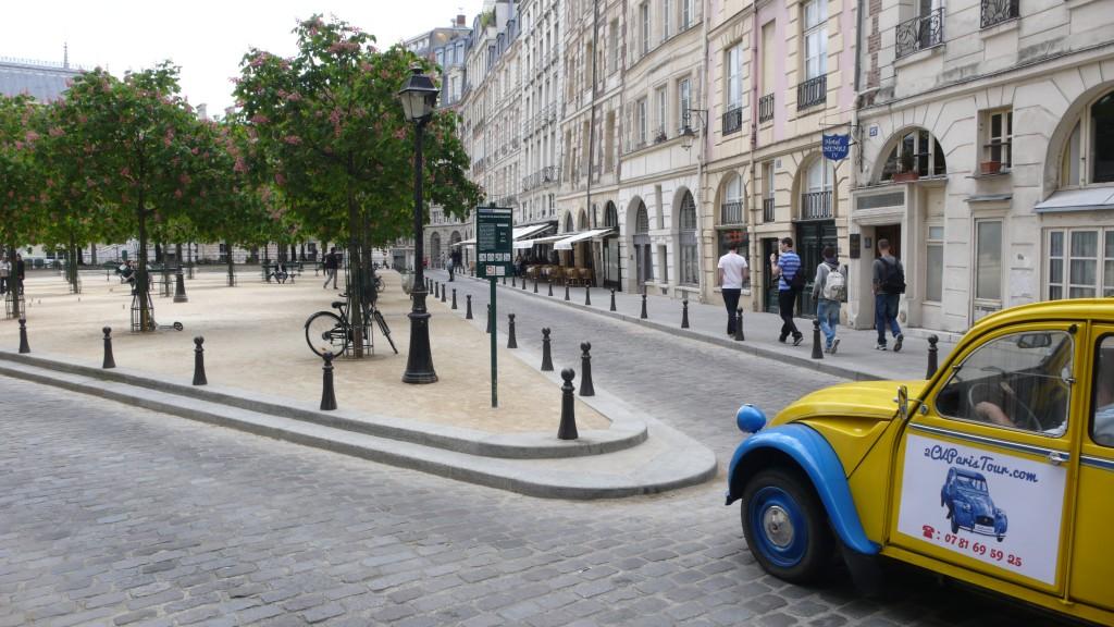 2CVParisTour : Balades en 2CV à Paris! Les deux côtés de la Place Dauphine